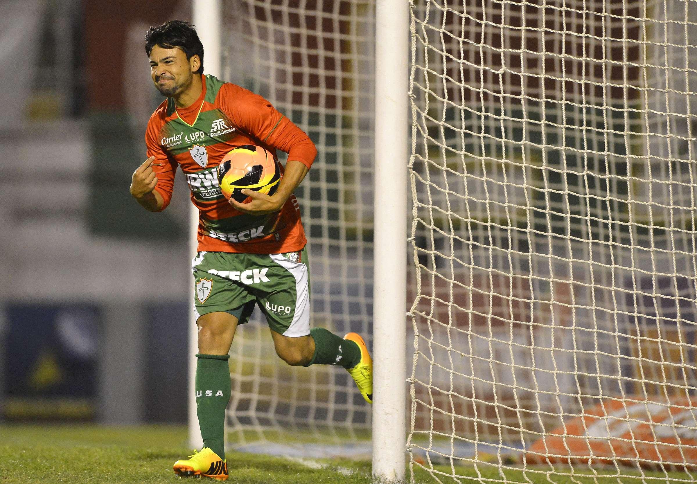 Escalação de Heverton (atuando na foto em jogo contra o Goiás) pode causar o rebaixamento da Portuguesa para a Série B Foto: Mauro Horita/Agif/Gazeta Press