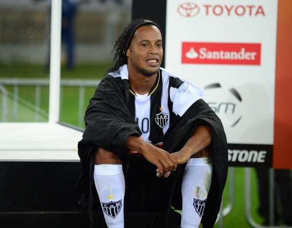 Ronaldinho no cae en provocación de jugador del Raja ...