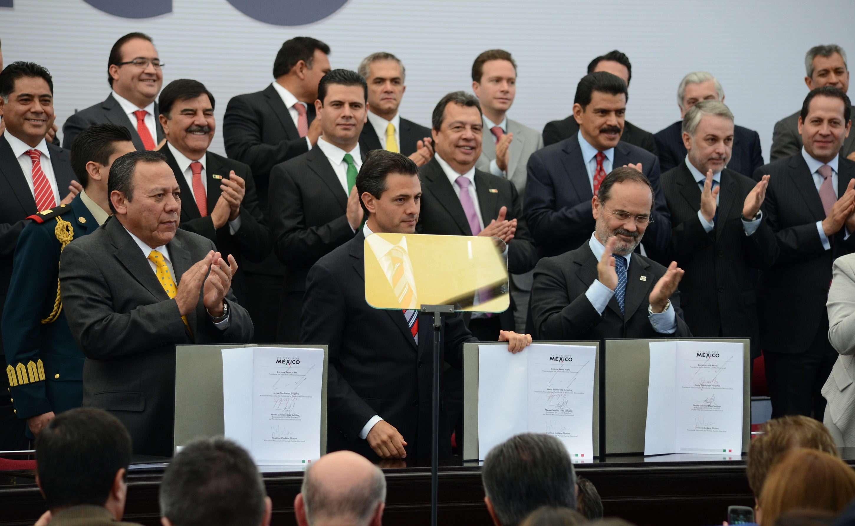 PACTO POR MÉXICO: El 2 de diciembre de 2012, Peña Nieto encabeza firma del Pacto por México, en el que logra unir a los partidos de oposición para impulsar las reformas estructurales que hacen falta en México, como la fiscal, la energética, la de telecomunicaciones y la educativa. En la firma participaron Gustavo Madero Muñoz, Presidente del PAN; Cristina Díaz Salazar, Presidenta Interina del PRI; y Jesús Zambrano Grijalva, Presidente del PRD. El Pacto estableció la pauta para la aprobación de las leyes que serían aprobadas durante el 2013 y que a continuación te presentamos Foto: EFE en español