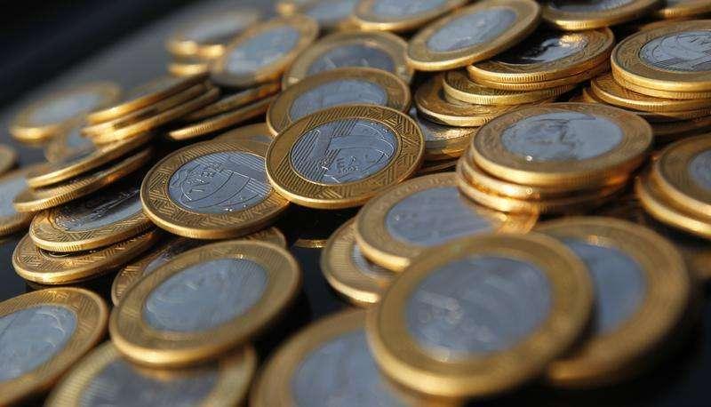Moedas de Real fotografadas no Rio de Janeiro. A previsão de crescimento do Produto Interno Bruto (PIB) para 2014 foi reduzida a 3,8 por cento, ante 4 por cento, no texto do Orçamento que será votado pelo Congresso Nacional nesta terça-feira, enquanto a estimativa de inflação foi a 5,8 por cento, acima dos 5 por cento esperados até então. 15/10/2010 Foto: Bruno Domingos/Reuters
