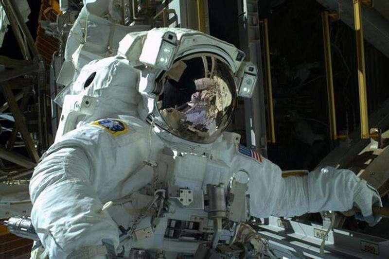 Astronauta da Agência Espacial dos Estados Unidos, Mike Hopkins, é visto durante caminhada espacial. Dois astronautas da Nasa flutuavam fora da Estação Espacial Internacional nesta terça-feira para uma segunda e última caminhada espacial para reparar o crítico sistema de refrigeração do posto avançado. Foto cortesia da Nasa, recebida em 22/12/2013.. Foto: Reuters