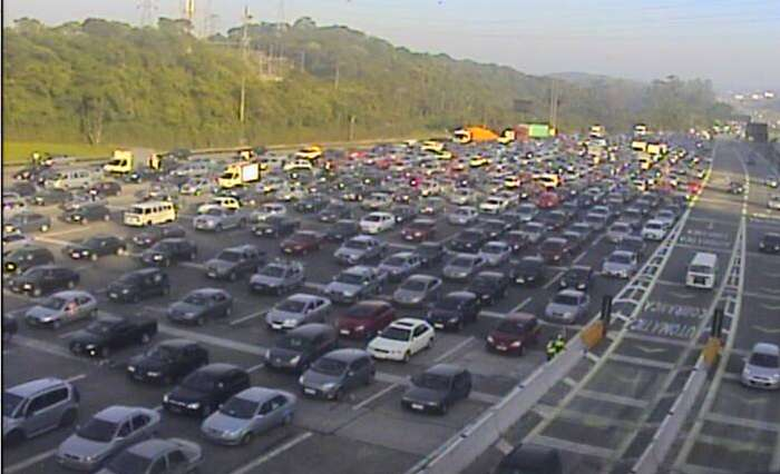 Motoristas ficam parados na praça de pedágio da rodovia dos Imigrantes Foto: Ecovias/Reprodução