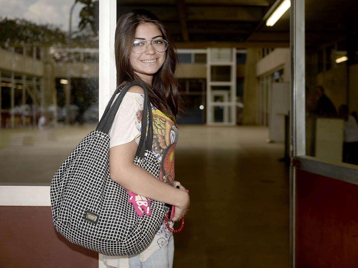 Bárbara Ferrai Ferreira, 18 anos, respondeu a questões de química e biologia e se mostrou confiante Foto: Ricardo Matsukawa/Terra