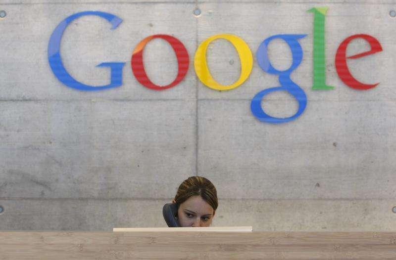 Funcionária atende chamada telefônica em escritório da Google em Zurique, 18 de agosto de 2009. Um novo recurso do Gmail do Google terá como resultado alguns usuários recebendo mensagens de pessoas com as quais eles não compartilharam seus endereços de email, gerando preocupações entre alguns defensores de privacidade. Foto: Christian Hartmann/Reuters