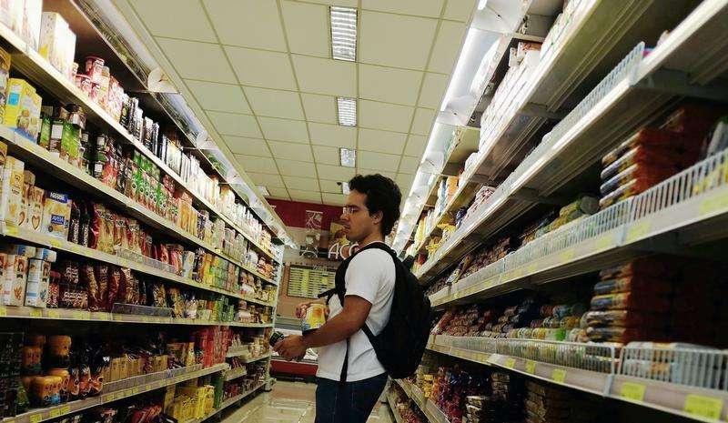Cliente observa alimentos em supermercado de São Paulo, 10 de janeiro de 2014. O Índice Nacional de Preços ao Consumidor Amplo-15 (IPCA-15) iniciou o ano desacelerando, com alta de alta de 0,67 por cento em janeiro, resultado abaixo do esperado e favorecido pelos preços de Transportes. 10/01/2014 Foto: Nacho Doce/Reuters
