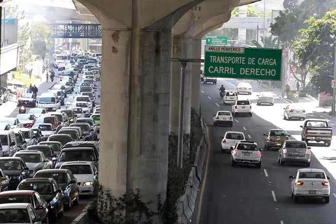 El tránsito se encuentra seriamente afectado en Periférico, rumbo al norte, debido al cierre de los carriles centrales para realizar las obras de reparación de una fuga de agua. Foto: Salvador Chávez/Reforma