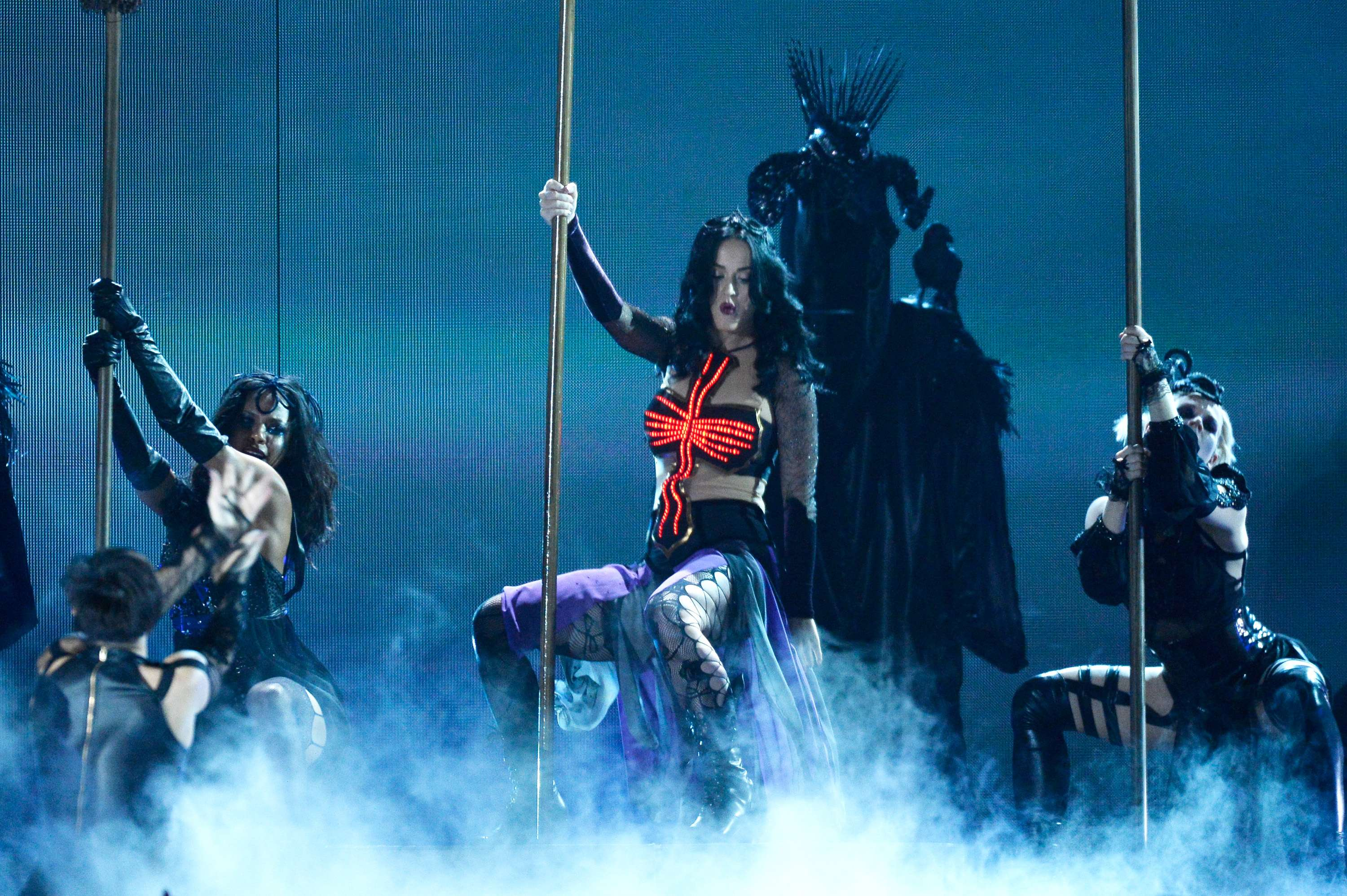 El espantoso pole dance de Katy Perry en los Grammy 2014