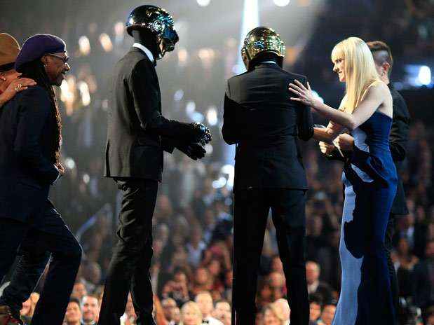 Juanes entrega premio a Daft Punk en los Grammy 2014