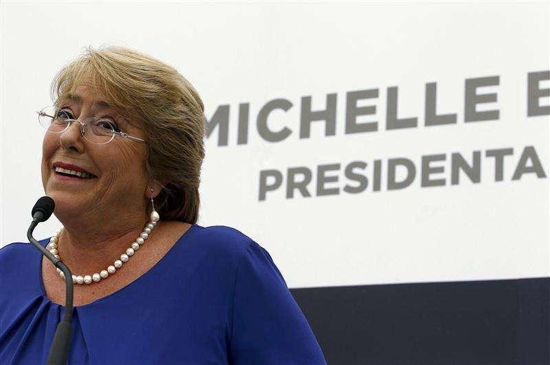 Foto de archivo de Michelle Bachelet en el anuncio del gabinete que la acompañará en su nuevo gobierno. Ene 24, 2014. Bachelet dijo el lunes que implementará de manera gradual el fallo de una corte internacional sobre un diferendo marítimo con Perú, que mantuvo algunos límites pero que obliga a Chile a ceder una porción de mar a su vecino país. Foto: Ivan Alvarado/Reuters