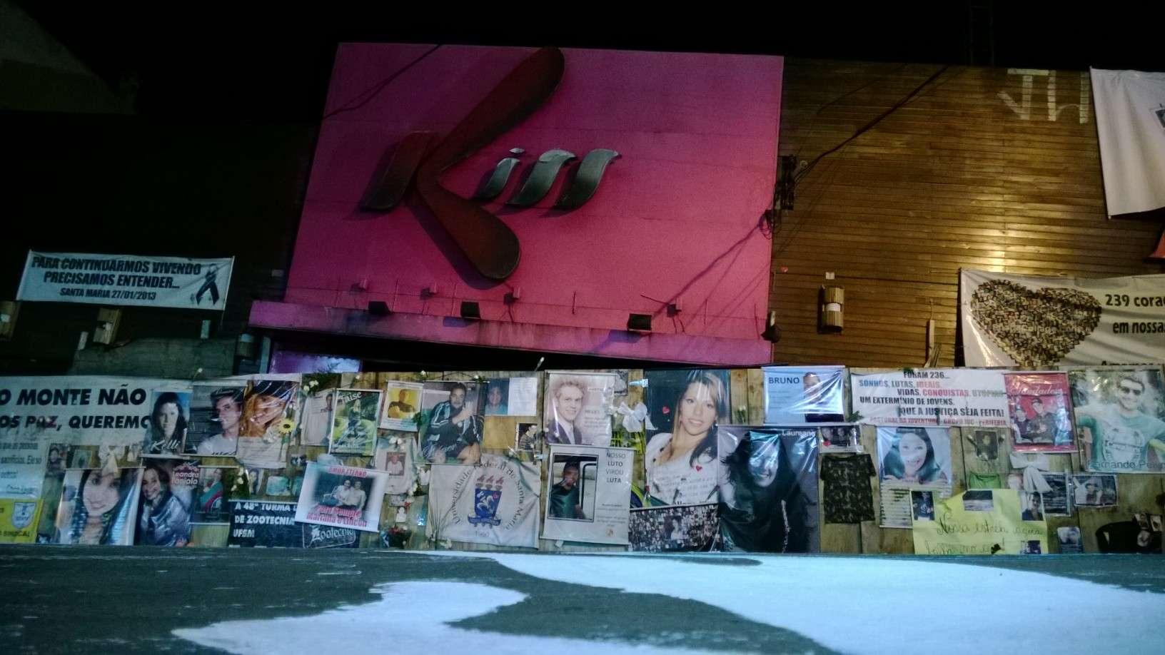 As silhuetas representando as 242 vitimas da tragédia de Santa Maria foram pintadas em frente a Boate Kiss, na noite deste domingo. A ideia dos organizadores do ato é mostrar para sociedade o impacto de mais de duas centenas de mortes no chão, conforme explica o presidente do sindicato dos docentes da ufsm, Rondon de Castro. Foto: Daniel  Favero/Terra