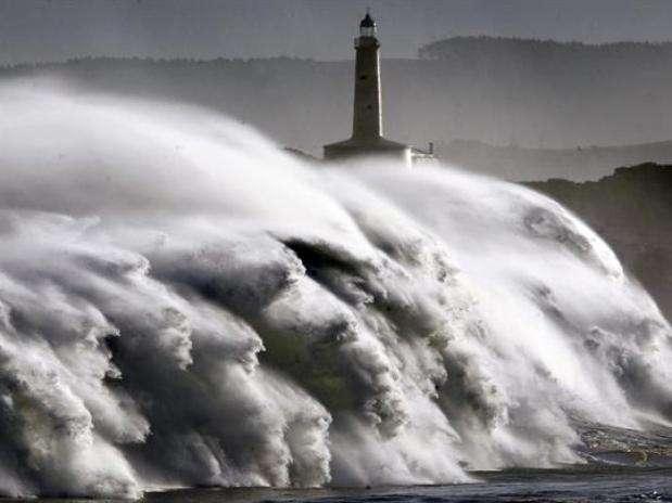 Un fuerte temporal que afectó esta madrugada a la costa cantábrica, en el norte de España, provocó olas de más de diez metros e inundó parte de las ciudades de San Sebastián (País Vasco) y Santander (Cantabria). Foto: EFE en español