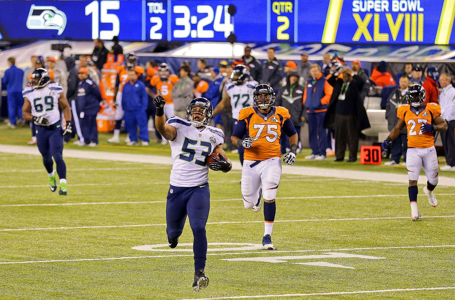 Malcolm Smith de los Seahawks de Seattle se enfila para anotar un touchodown tras un pase interceptado durante el primer tiempo del Super Bowl ante los Broncos de Denver el domingo 2 de febrero de 2014. Foto: Gregory Bull/AP