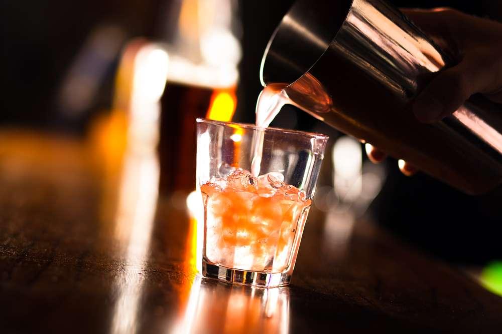 Tornado - Outro drinque bastante apreciado é o Tornado, feito com cinco tipos de bebidas alcoólicas: rum, gin, vodka, tequila e licor de laranja. A bebida ainda leva suco de limão e refrigerante de cola Foto: Shutterstock