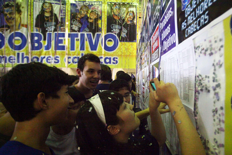 Alunos comemoram resultado da Fuvest no Colégio Objetivo, em São Paulo (SP) Foto: Renato S. Cerqueira/Futura Press