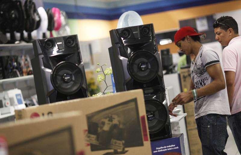 Consumidores olham alto-falantes em uma loja da rede Casas Bahia em São Paulo. As vendas no comércio varejista brasileiro perderam força em dezembro e recuaram 0,2 por cento sobre o mês anterior, registrando em 2013 a menor expansão em dez anos e indicando moderação do consumo no início deste ano. 07/02/2013 Foto: Nacho Doce/Reuters