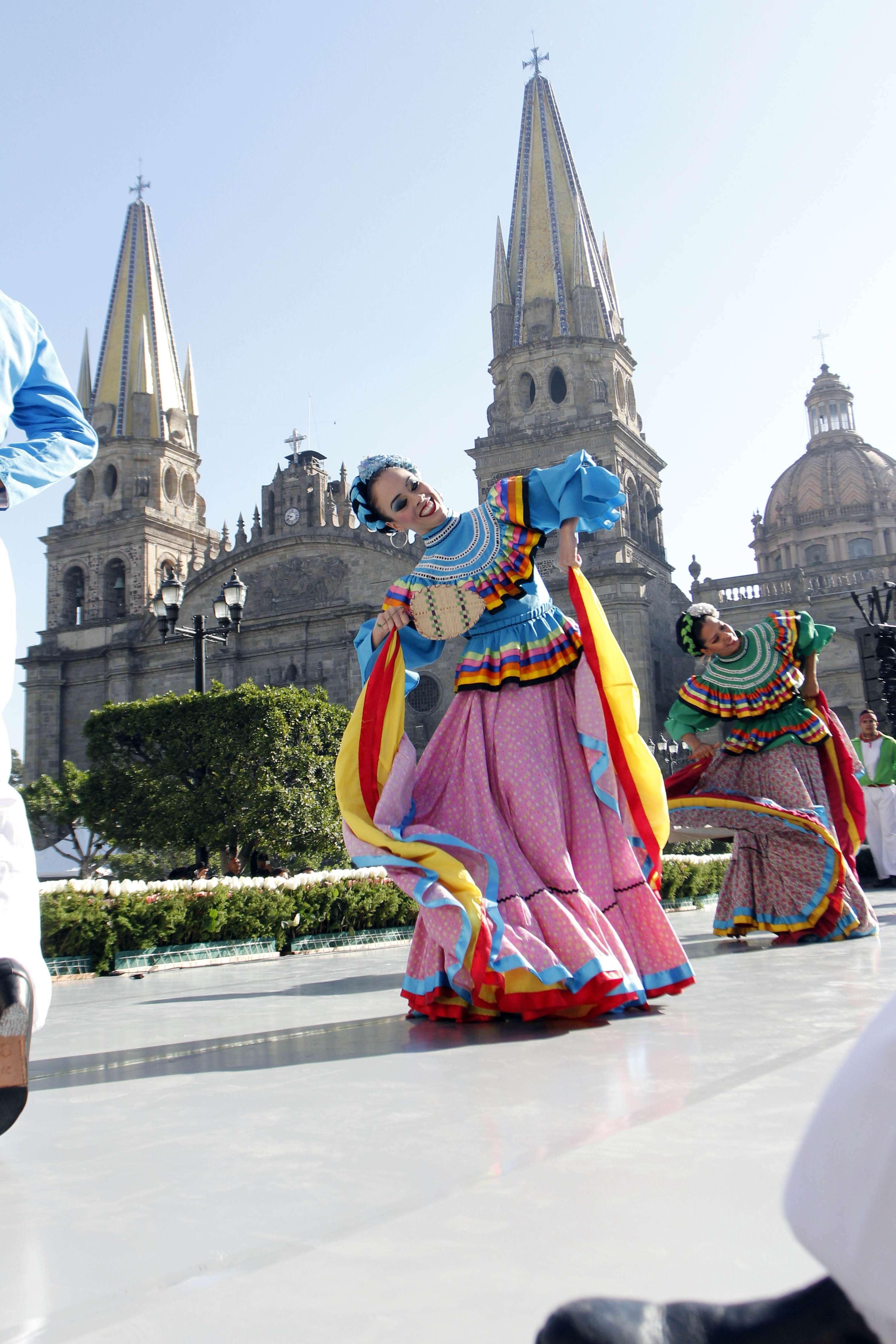 Con mariachi, tapatíos celebran 472 años de Guadalajara