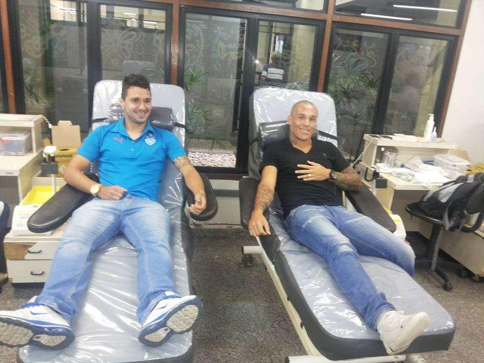 Atacantes Dennis, do Paysandu, e Leandrão, do Clube do Remo, doaram sangue para incentivar campanha do Hemopa Foto: Facebook/Reprodução