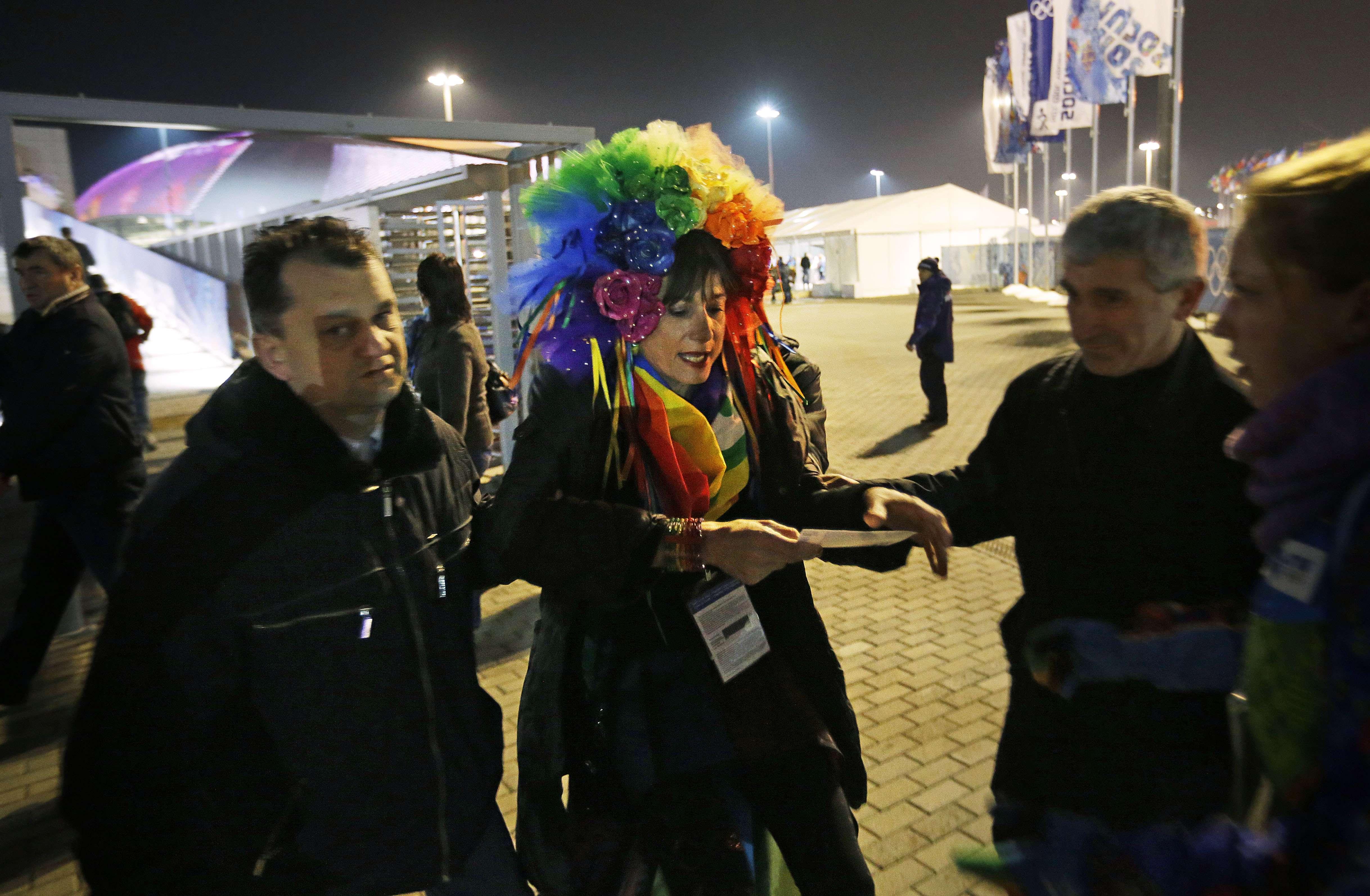 Vladimir Luxuria, una italiana defensora de los gays, es detenida por policías antes de ingresar al estadio Shayba, en Sochi, Rusia, el lunes 17 de febrero de 2014. (Foto AP/David Goldman) Foto: David Goldman/AP