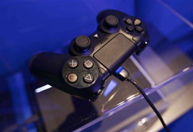 Un mando de la consola Playstation 4 en la muestra de Sony durante la feria de videojuegos Gamescom en Colonia, Alemania, ago 21 2013. Sony Corp dijo el martes que había vendido hasta el 8 de febrero 5,3 millones de unidades de su consola de videojuegos Playstation 4, con lo que superó el objetivo fijado para todo el año fiscal antes de su lanzamiento en Japón la semana que viene. Foto: Ina Fassbender/Reuters