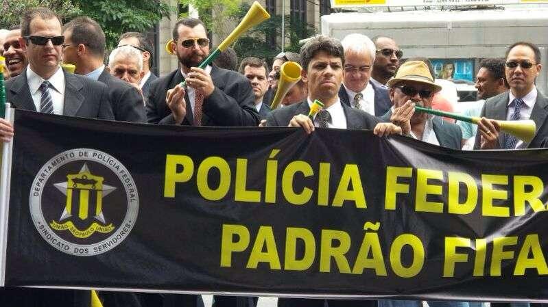 Agentes da PF fizeram um 'vuvuzelaço' em São Paulo em frente à Fiesp, na avenida Paulista, nesta segunda-feira Foto: Janaina Garcia/Terra