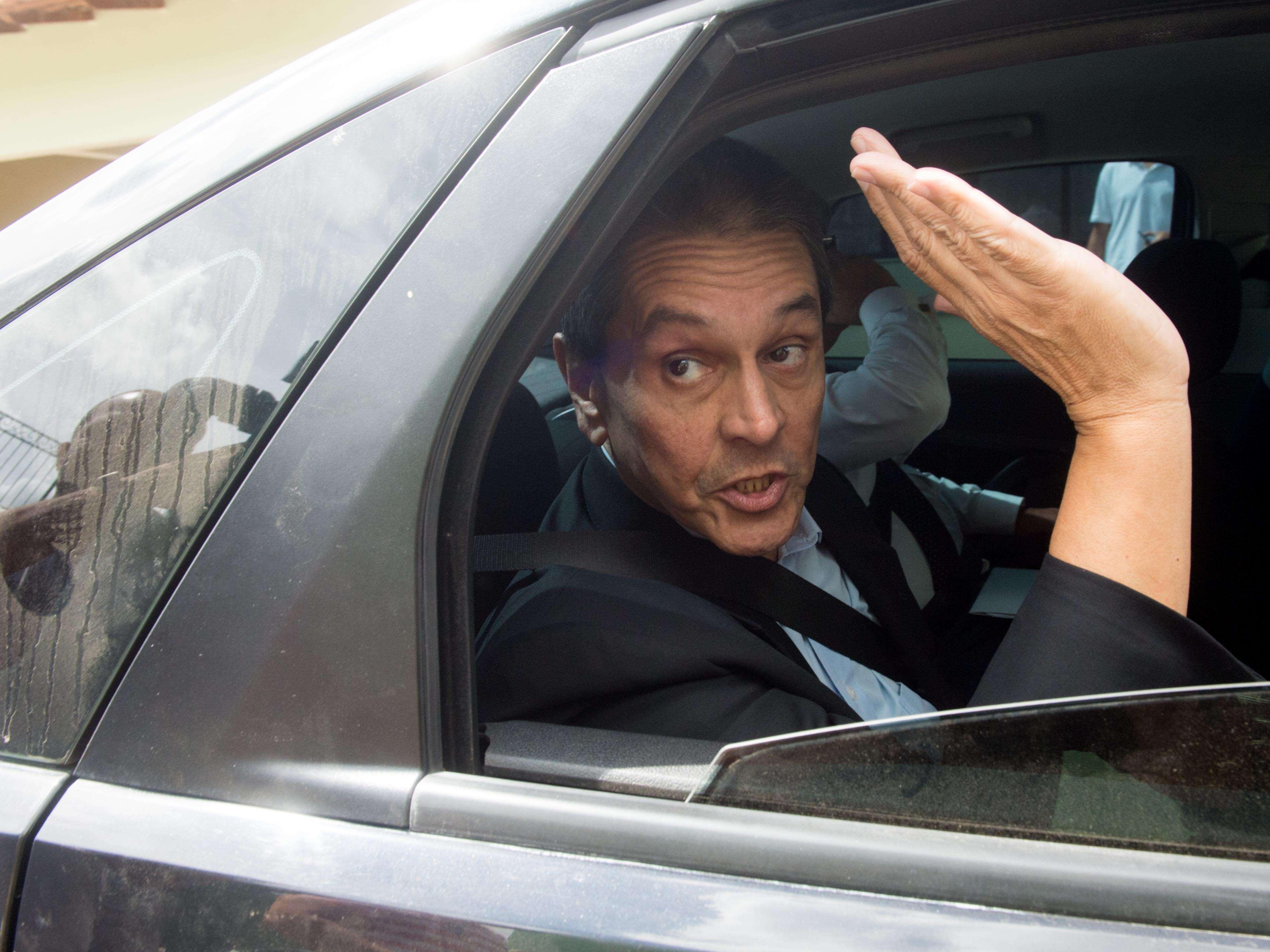 Roberto Jefferson acena na saída de sua residência após se entregar à Polícia Federal Foto: Mauro Pimentel/Terra