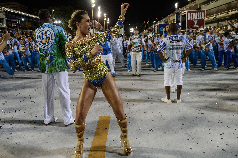 A pocos días de su gran momento de gloria, el trabajo se multiplica en el Sambódromo de Río de Janeiro, un icónico recinto de la ciudad brasileña que este año celebra su trigésimo aniversario con las habituales escenas carnavalescas y los nervios de las escuelas de samba que ultiman sus desfiles. En la imagen, escuelas de samba ensayan en el Sambódromo antes del Carnaval. Foto: AFP en español