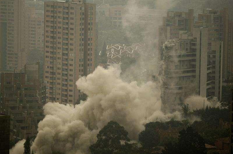Vista general, de la implosión de la torre 5 del edificio Space en Medellín (Colombia). La torres 5 del edificio tuvo que ser demolida después que el pasado octubre de 2013 se cayera la torre 6 por fallas estructurales que afectó la estructura Foto: EFE en español