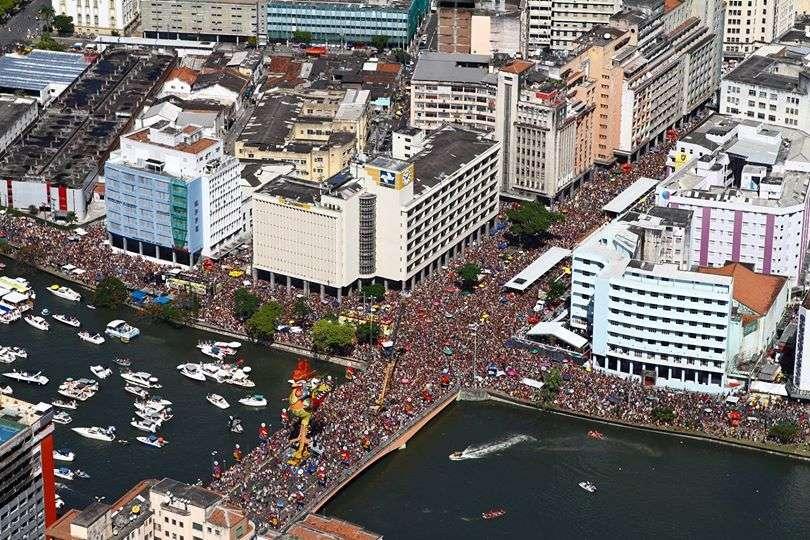 """Considerado por muitos o """"maior do mundo"""", o bloco Galo da Madrugada confirmou a fama e levou uma multidão às ruas do Recife neste sábado. Veja fotos: Foto: Marcos Pastich/Divulgação"""