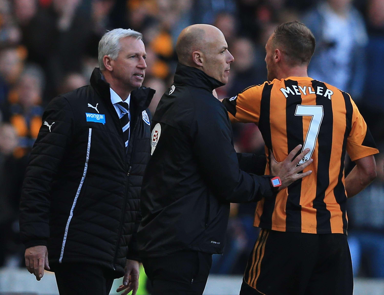 El técnico del Newcastle, expulsado por cabecear a un rival