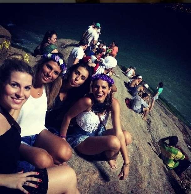 Bruna Marquezine curte o Carnaval ao lado de amigas no Rio Foto: Instagram/Reprodução