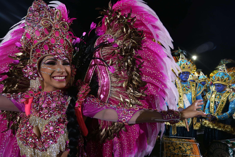 A rainha da bateria Aline Oliveira canta o samba enredo em tributo à fé durante o desfile da Mocidade Alegre em São Paulo Foto: Marcos Bezerra/Futura Press