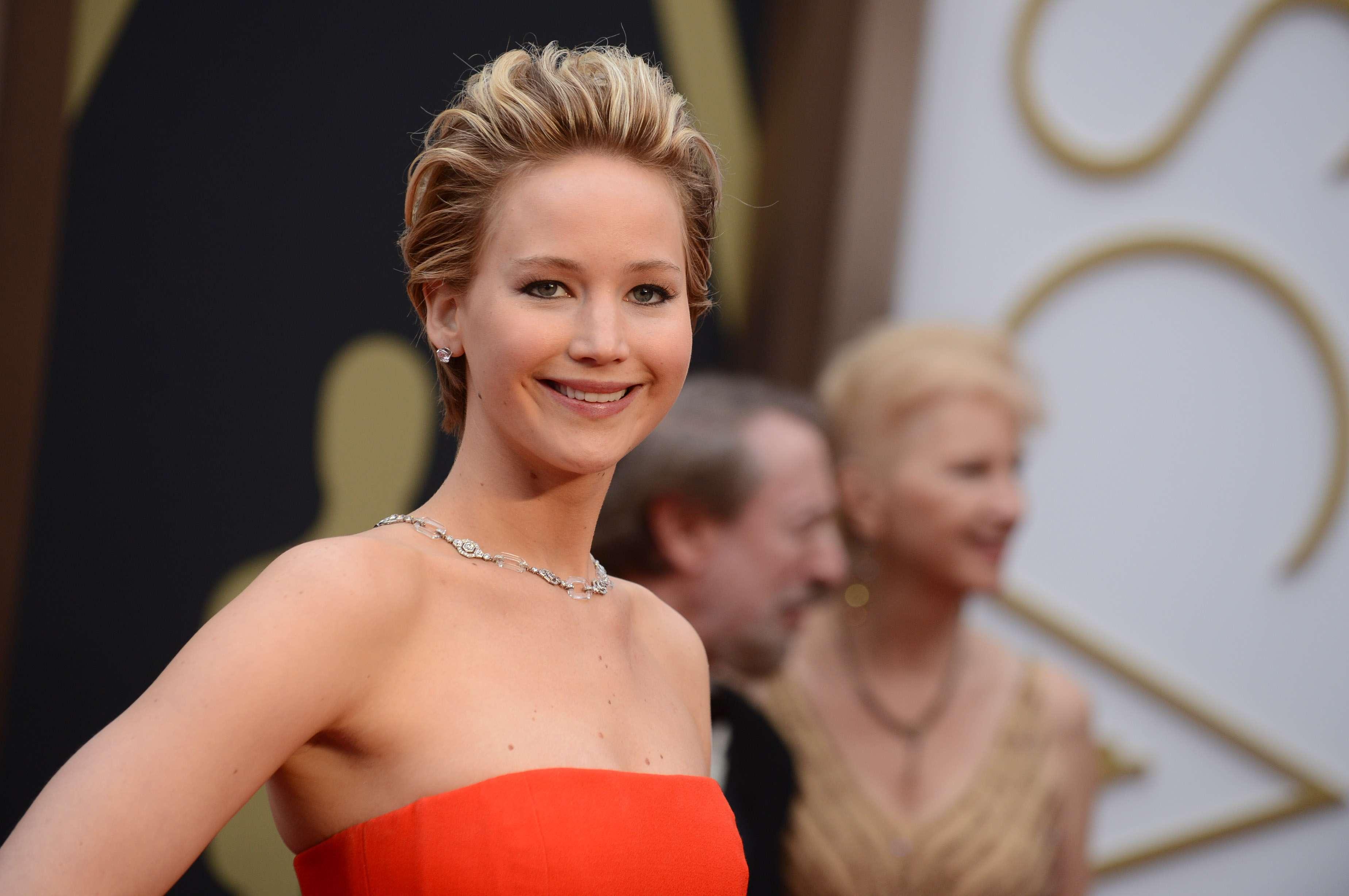 Jennifer Lawrence tropeça novamente no Oscar; veja