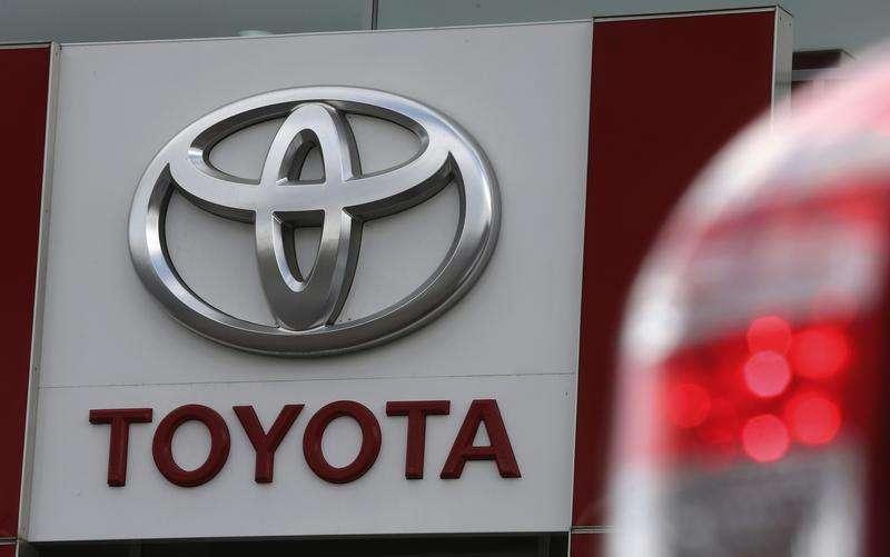 Uma placa com o logotipo da Toyota em uma concessionária e showroom em São Petersburgo. A Toyota Motor espera vender mais de 865 mil veículos na Europa neste ano, ante 847.530 unidades em 2013, afirmou um executivo da companhia nesta segunda-feira. 18/09/2013 Foto: Alexander Demianchuk/Reuters