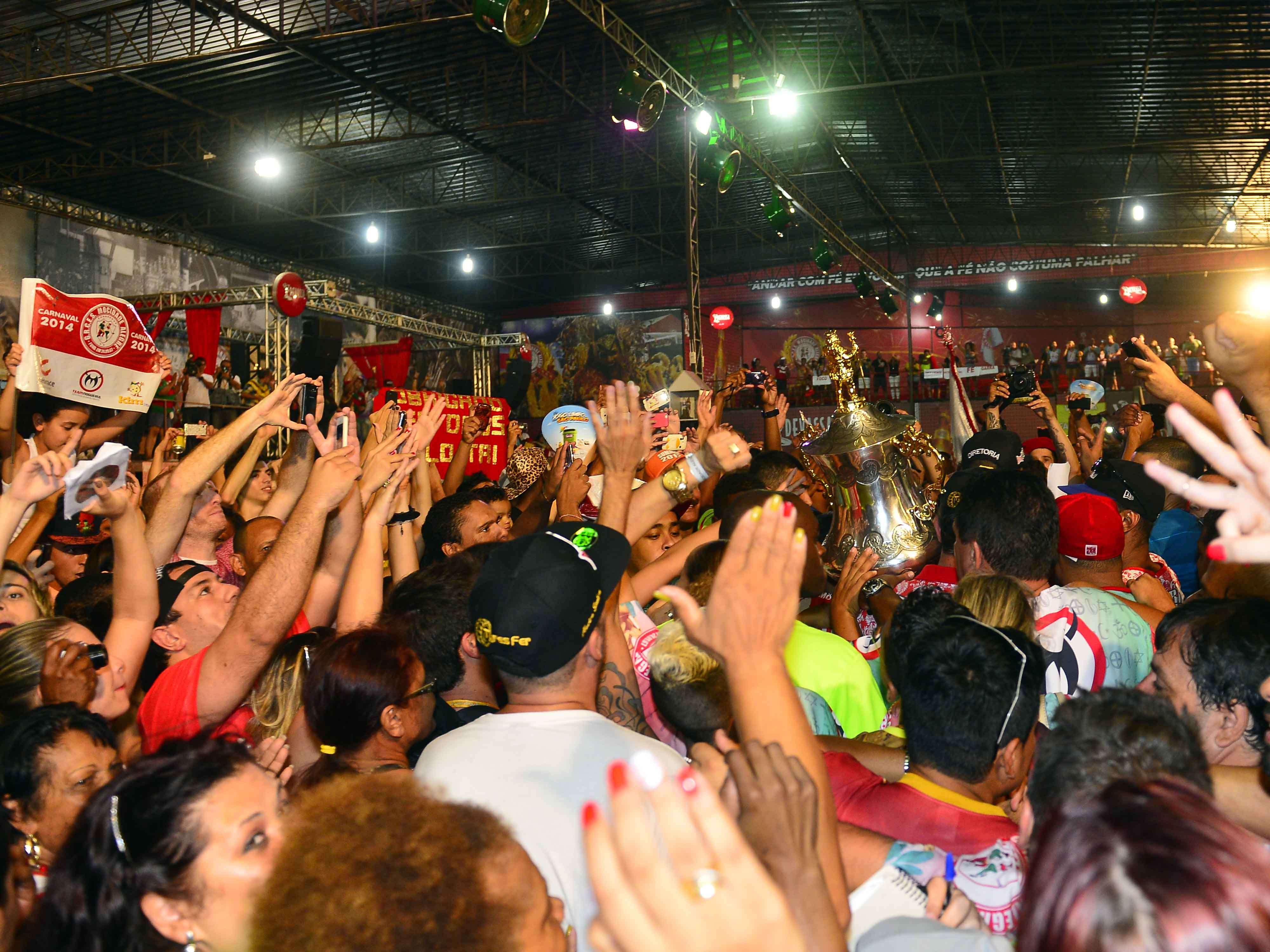 Festa não tem hora para acabar na quadra da Mocidade Alegre, campeã do Carnaval 2014 de São Paulo Foto: Alan Morici/Terra