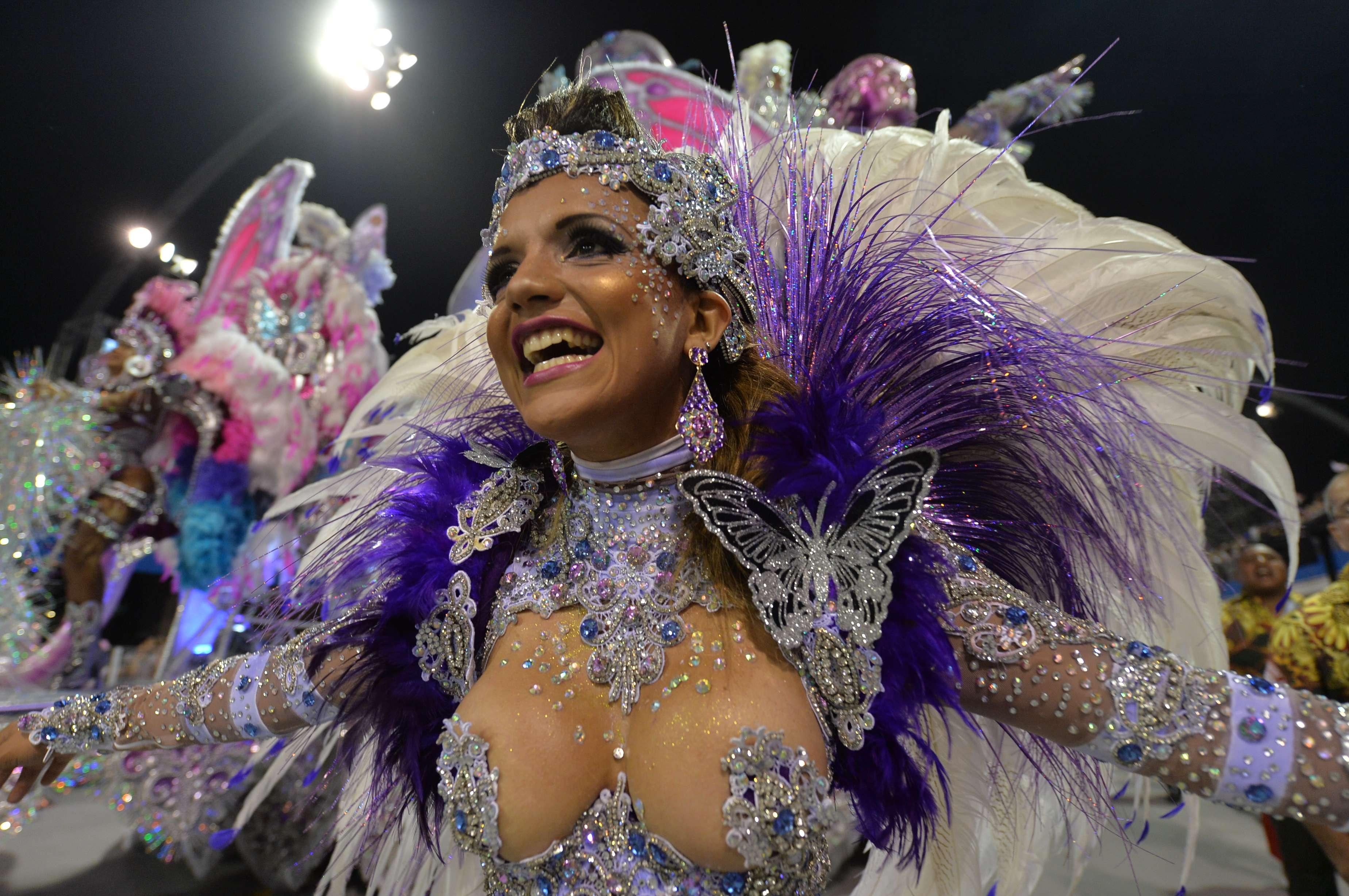 A Mocidade Alegre confirmou na terça-feira o tricampeonato consecutivo do Grupo Especial do Carnaval de São Paulo. E as musas ajudaram a agremiação em mais essa conquista Foto: AFP