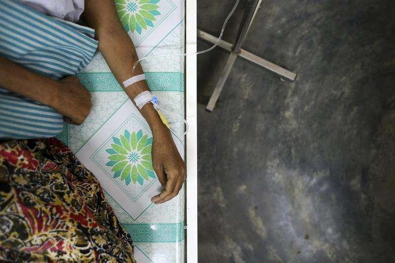 Una estrategia para modificar genéticamente células de personas infectadas con VIH podría convertirse en una manera de controlar el virus que causa el SIDA sin usar medicamentos antivirales, según los resultados de una prueba en fase inicial publicados esta semana. En la imagen del 3 de marzo se puede ver a un paciente seropositivo recibiendo tratamiento intravenoso en una clínica de MSF Holanda en la ciudad birmana de Yangón. Foto: Minzayar/Reuters