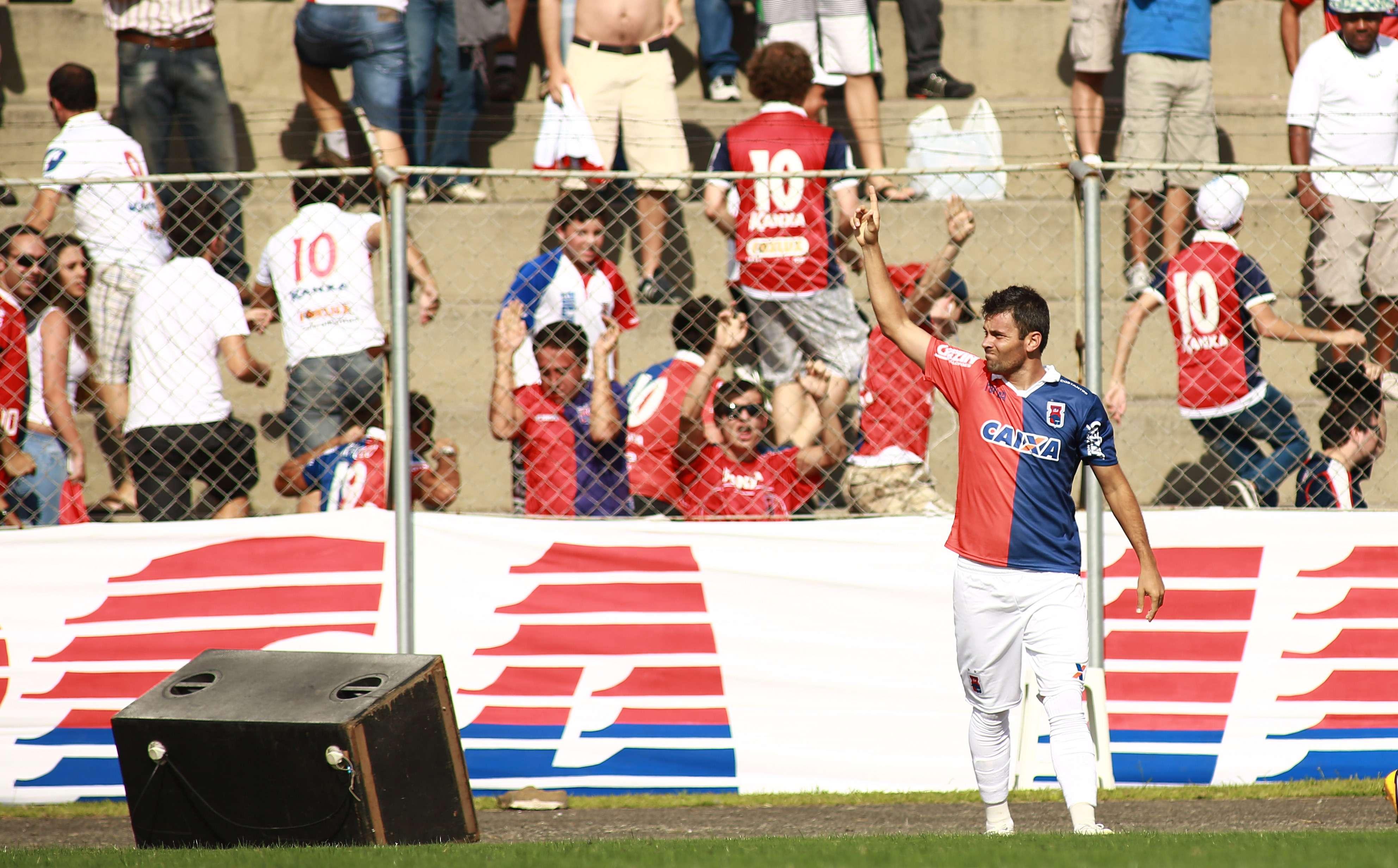 Centroavante Giancarlo fez três dos quatro gols da partida Foto: Giuliano Gomes/Gazeta Press