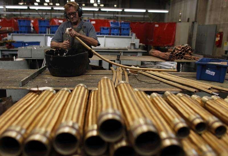Um funcionário verifica tubos de cobre em uma companhia metalúrgica em São Paulo. A utilização da capacidade instalada na indústria brasileira ficou em 82,7 por cento em janeiro, com dados dessazonalizados, maior em relação a dezembro (82,1 por cento), informou nesta terça-feira a Confederação Nacional da Indústria (CNI). 20/04/2012 Foto: Nacho Doce/Reuters