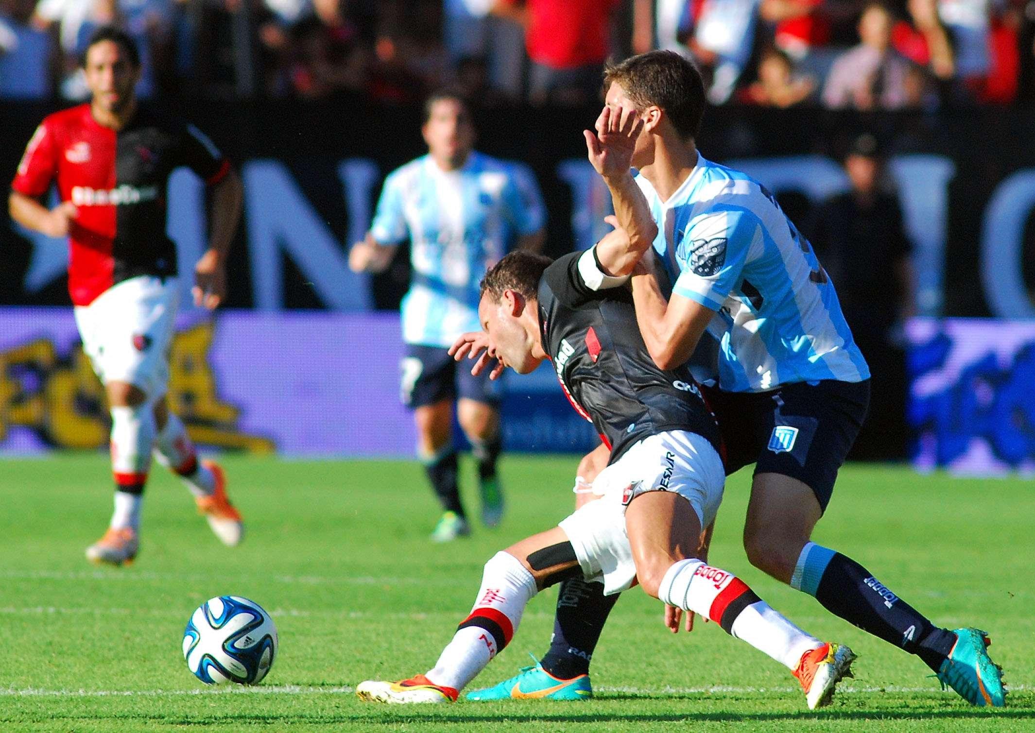 Una nueva caída para Racing, esta vez fue contra Newell's en Rosario. El equipo de Mostaza Merlo cayó por 2-0 y su situación con el descenso comienza a ser preocupante. Ponce (de solo 16 años) y Trezeguet marcaron para la Lepra. Foto: Fotobaires