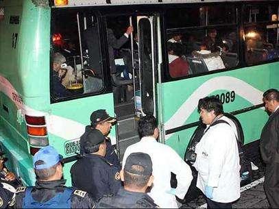 Alrededor del mediodía del pasado 17 de marzo, tres sujetos asaltaron a mano armada un camión de la Ruta Chapultepec-Palmas Kilómetro 13 sobre Avenida Reforma antes de llegar a la Fuente de Petróleos. Foto: Reforma