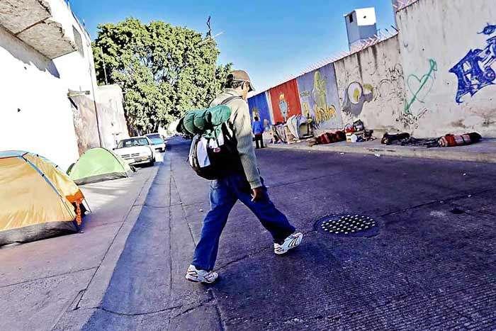 "Migrantes ""piratas"" recorren Jalisco pidiendo limosna"