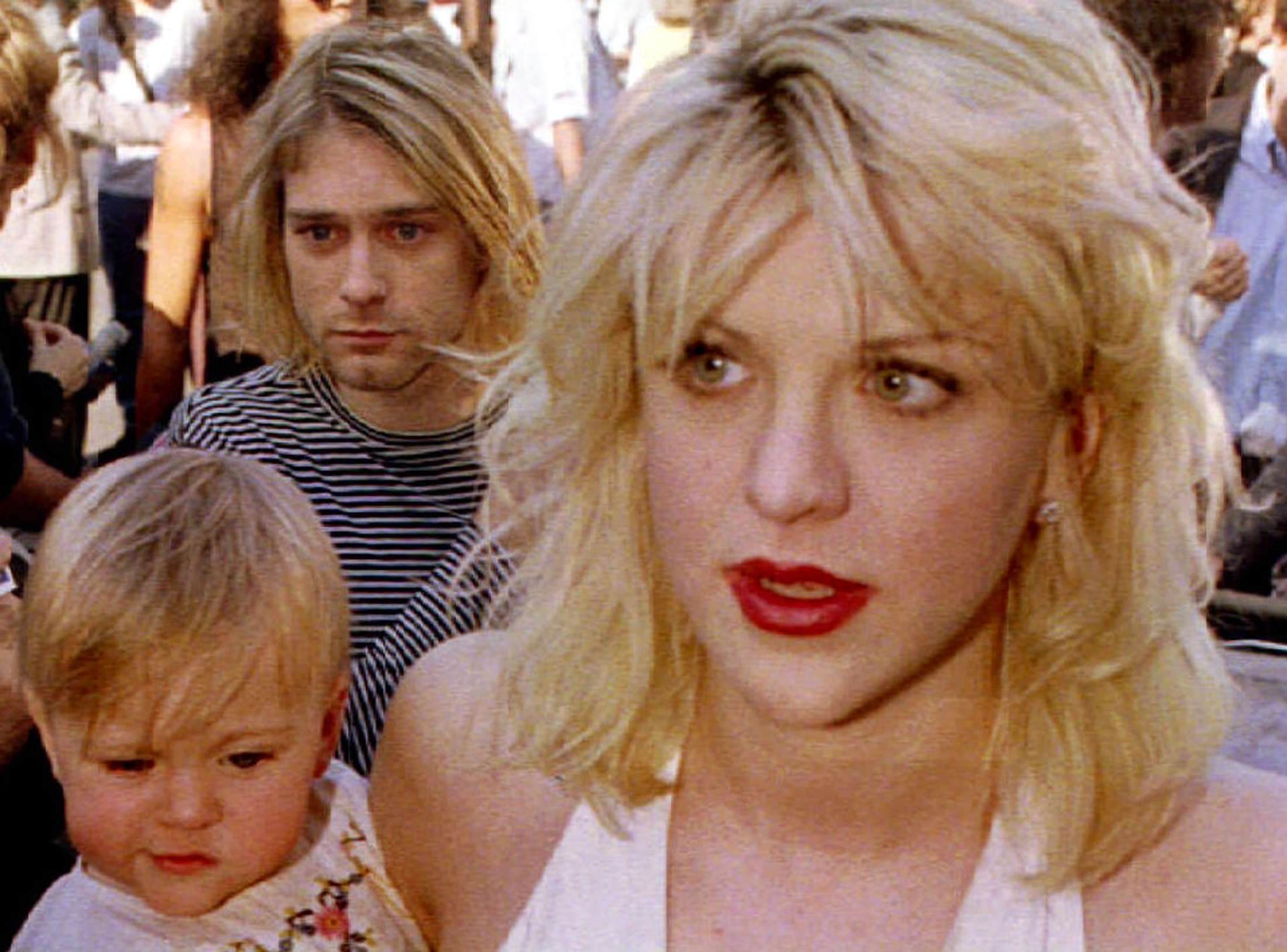 Kurt Cobain arrives with wife Courtney Love, holding their daughter Frances Bean Cobain, for the MTV Music Awards show in Los Angeles in this September 9 1992, file photo. A cold case investigator has found several rolls of undeveloped film from the scene of Nirvana singer Kurt Cobain's 1994 death, but Seattle police said on March 20, 2014 they do not expect the discovery will alter a finding that he committed suicide. REUTERS/Fred Prouser/Files (UNITED STATES) Foto: FRED PROUSER/REUTERS