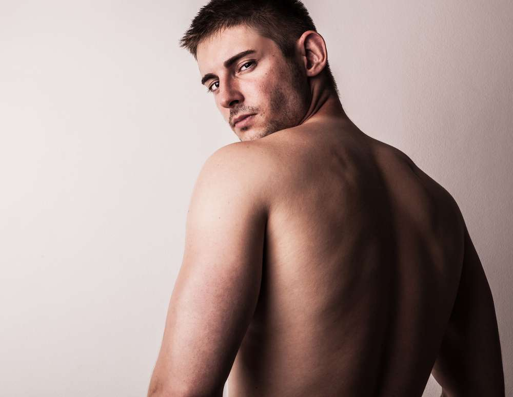 É comum homens terem estrias de crescimento, podendo surgir no braço e nas costas. Com formato horizontal, elas surgem devido ao estiramento das fibras da pele provocado pelo rápido desenvolvimento físico Foto: Shutterstock