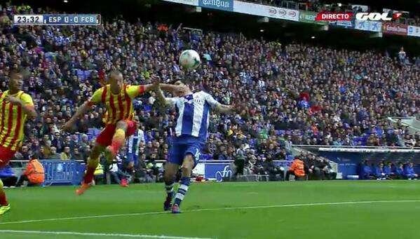 Clos Gómez pudo perdonar un penalti al Barcelona ante el Espanyol Foto: Gol TV
