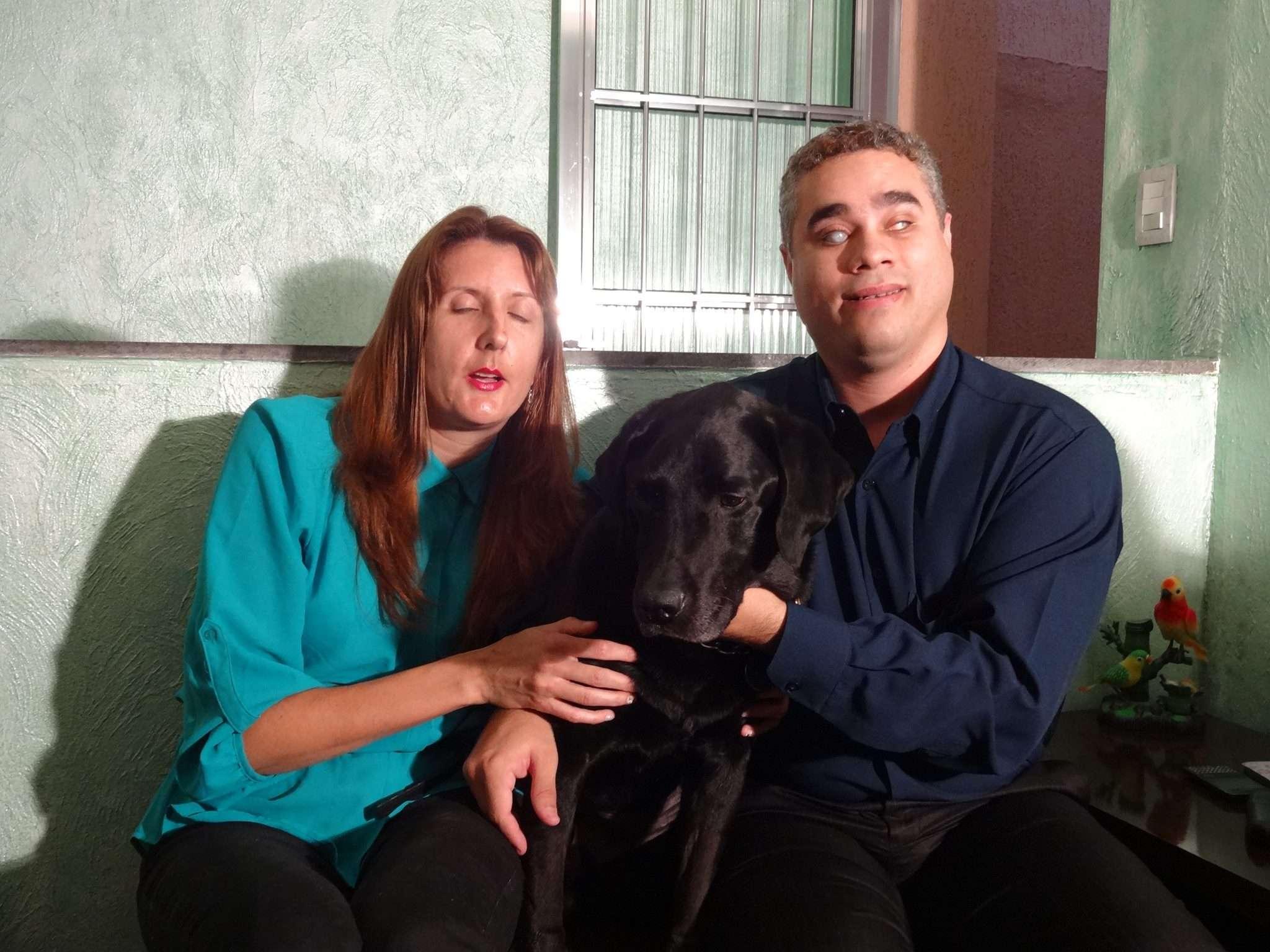 O cão-guia do casal sofre com uma doença genética rara e precisa de tratamento Foto: Reprodução