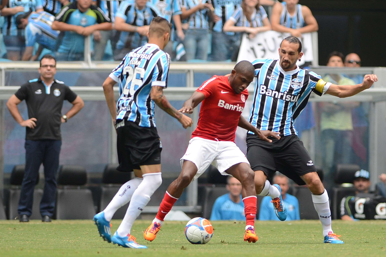 Willians recebe marcação do Grêmio; volante do Inter foi alvo de polêmica por conta de possível racismo de torcedores gremistas Foto: Edu Andrade/Gazeta Press