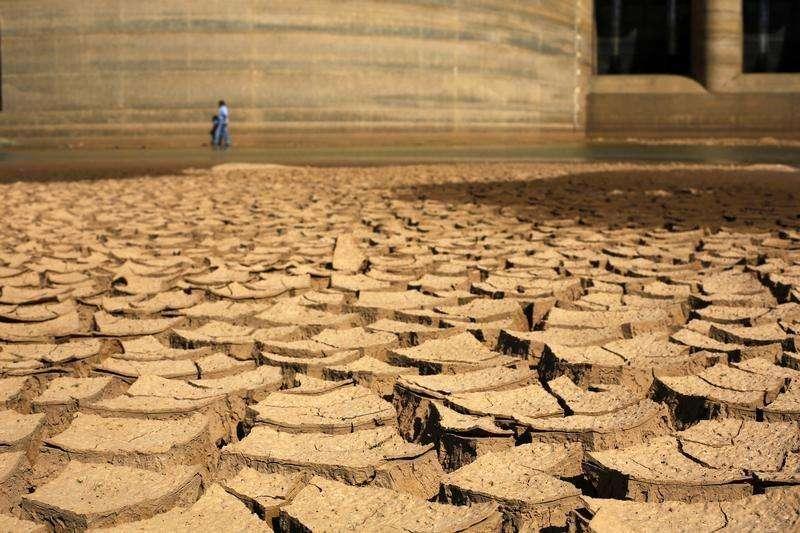 Um funcionário da Sabesp anda pela represa de Jaguari, atingida pela seca, em Bragança Paulista. A Sabesp decidiu reprogramar investimentos de 2014 e vai contingenciar 700 milhões de reais de seu orçamento neste ano para se concentrar na garantia de abastecimento de água em um dos momentos de maior seca já atravessados pela região metropolitana de São Paulo. 31/01/2014 Foto: Nacho Doce/Reuters