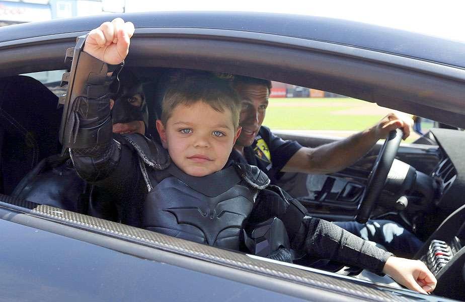 El Batkid volvió a la escena pública al lanzar la primera bola en el juego entre Diamondbacks vs. Gigantes. El niño Miles Scott se recupera la leucemia y su deseo era ayudar a Batman a combatir a la delincuencia como Batkid, la fundación The Greater Bay Area Make-A-Wish le hizo su sueño realidad. Foto: Eric Risberg/AP