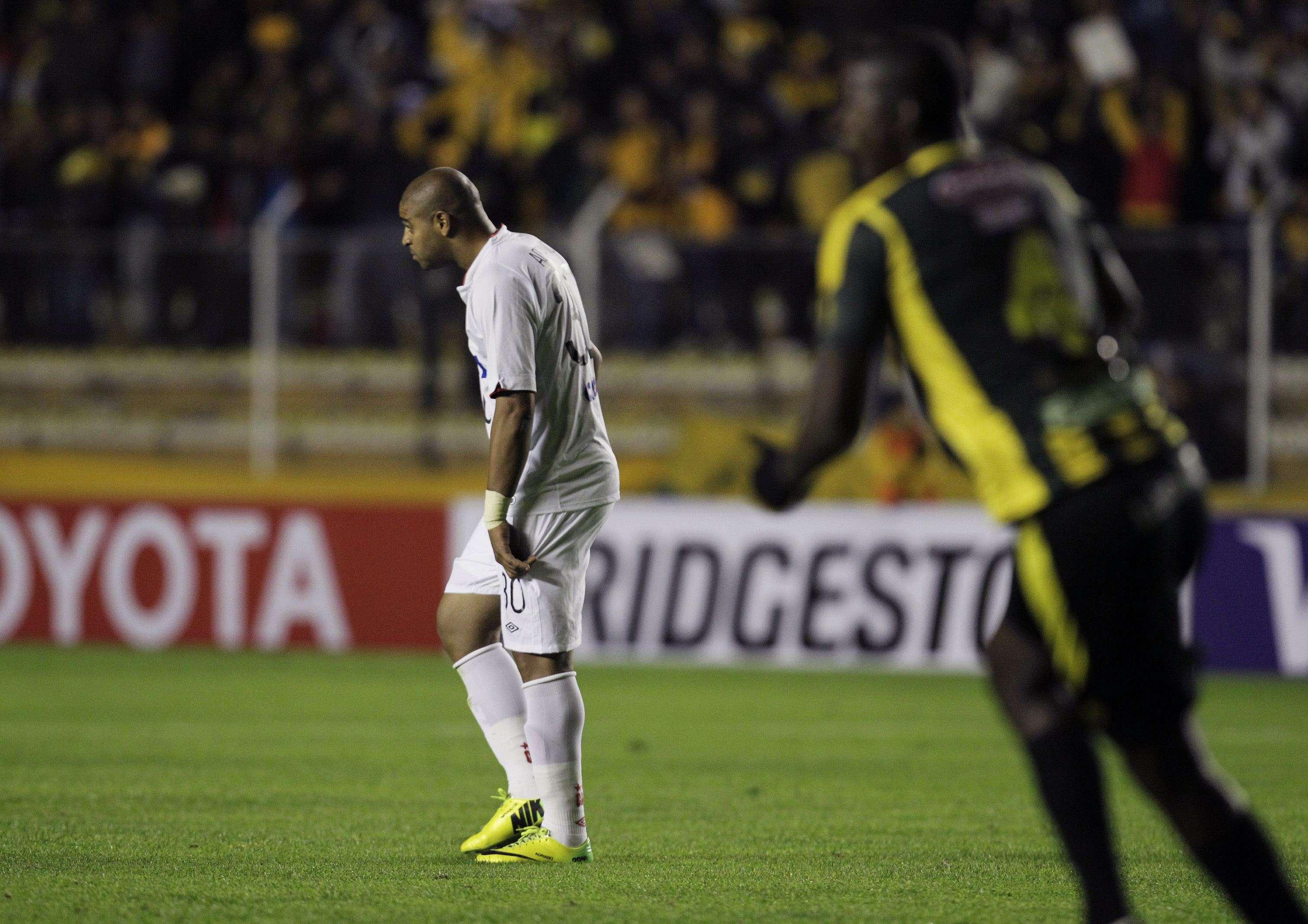 Adriano agradece Atlético-PR e fala em continuar jogando