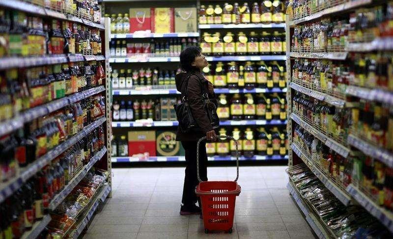 Cliente escolhe produtos em supermercado de Shenyang, na província de Liaoning, China. A taxa de inflação ao consumidor na China avançou em março devido ao salto nos preços dos alimentos, mas a persistente deflação no setor industrial foi mais um sinal de demanda fraca e desaceleração do crescimento na segunda maior economia do mundo. 11/04/2014. Foto: Stringer/Reuters